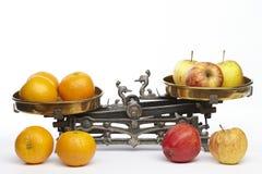 Jämför äpplen till apelsiner royaltyfria foton