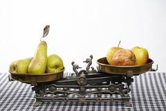 Jämför äpplen till päron Arkivbild