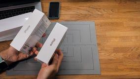 Jämför den unboxing iPhonen Xs Max Xr för mannen royaltyfri fotografi