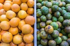 Jämför typ två av apelsinen i toppen marknad Royaltyfria Bilder