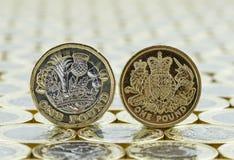 Jämförelse av den gamla och nya britten ett pund mynt Royaltyfri Bild