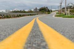 Jämnt skott för gata av en tom väg som leder in i avståndet royaltyfri fotografi