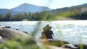 Jämviktssten på flodkust i naturlandskap på den Altai republiken Royaltyfri Bild