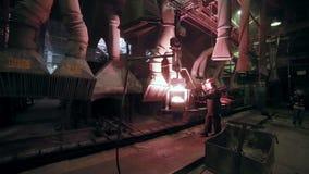 Järn- och stålarbeten Hälla av smält järn stock video