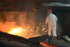 Järn- och stålfabriksarbetare i arbetet Arkivfoto