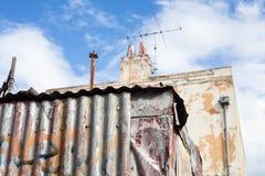 Järn- och tegelstenvägg på en solig dag Arkivfoton