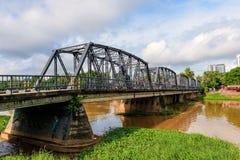 Järnbro över floden Arkivfoton