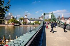Järnbro i Frankfurt - f.m. - strömförsörjning royaltyfria bilder