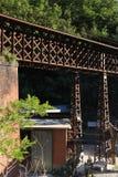 J?rnbro med den reticular strukturen Bron var delen av arkivbild