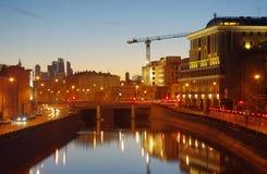 Järnbro på dräneringkanalen i Moskva arkivbilder
