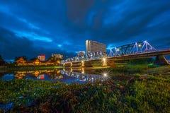 Järnbro på natten, Chiangmai Thailand Royaltyfri Bild