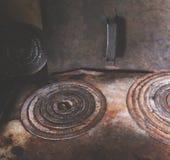Järncirklar på den gamla lantliga ugnen Arkivfoton