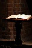 Järnekbibel i gammal kyrka arkivfoto
