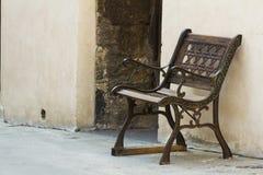 Järnensemblebänk på en gata från Tuscany Arkivbild