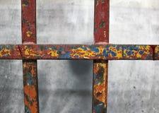 Järnet är rost på den kala cementväggen arkivbild