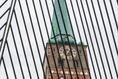 Järngaller på den Koberg fyrkanten i fron av den helgonJakobi kyrkan i Luebeck, Tyskland arkivbilder
