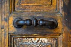 Järnhandtag av den gamla antika dörren arkivbilder