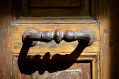Järnhandtag av den gamla antika dörren arkivfoto
