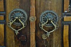 Järnhandtag av den gamla antika dörren royaltyfri foto