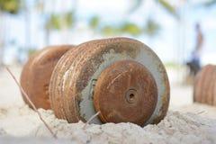 Järnhantlar i sanden Arkivfoton