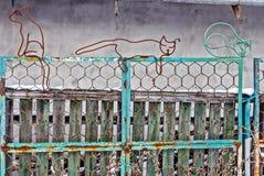 Järnkatter från tråd på ett staket Arkivfoto