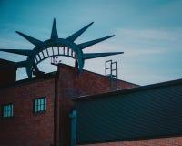 Järnkonstverk överst av ett bryggeri i i stadens centrum Des Moines, Iowa royaltyfri bild