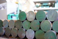 Järnkubbar är i materiel och ordnar till för att bearbeta med maskin på maskinhjälpmedel, ett lager av stålprodukter arkivfoto