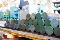 Järnkubbar är i materiel och ordnar till för att bearbeta med maskin på maskinhjälpmedel, ett lager av stålprodukter fotografering för bildbyråer