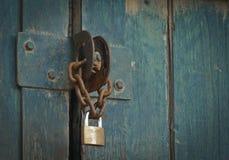 Järnlås och kedja på gammal dörr fotografering för bildbyråer
