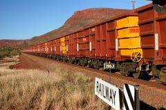 Järnmalmdrev med hundratals vagnar Arkivbild