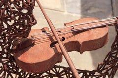 Järnman med en fiol Arkivfoton