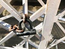 Järnportar, staket för metallstång som frysas på en stark gammal rostig kedja av sammanlänkningar på ett stort lås för spannmålsm royaltyfri fotografi