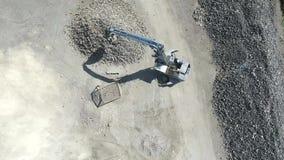Järnråvaror som återanvänder högen, arbetsmaskiner Förlorad skrot för metall Grävskopagrävare fungerar på en avskrädeförrådsplats lager videofilmer