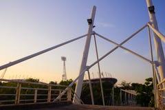 Järnrörlinje bro och en stadionbakgrund arkivbild