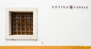 Järnstänger på fönstret bredvid den skriftliga forntida cellen, var Luis Vaz de Camoes, ansedda portugisiska störst poeter Royaltyfri Fotografi