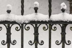 Järnstaket under snö royaltyfri foto
