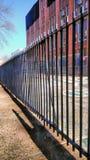 Järnstaket vid lekplatsen på den Temple University universitetsområdet royaltyfri bild