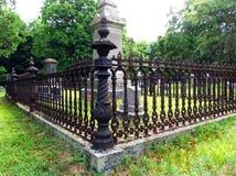 Järnstaketet omger familjtäppan på den gamla kyrkogården arkivfoton