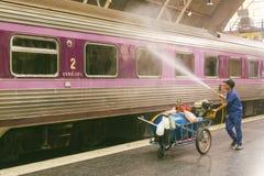 Järnväg anställda som gör lokalvårddrevet för att förbereda service för th fotografering för bildbyråer