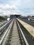 Järnväg av masssnabb transport i stad Arkivfoto