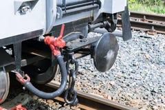 Järnväg bil för Drawbar med en luftslang och kedja Arkivfoto