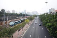 Järnväg bredvid vägen Arkivbilder