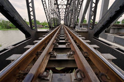 Järnväg bro över floden royaltyfria bilder