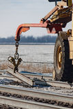 Järnväg Crane Lifting Piece av stången Royaltyfria Foton
