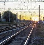 Järnväg flera banor, solnedgång fotografering för bildbyråer