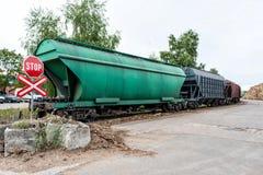 Järnväg fraktvagnar som väntar på lasta av godset Royaltyfri Fotografi