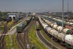 Järnväg gård med mycket järnväg linjer och fraktdrev Arkivfoto