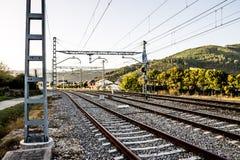 Järnväg i aftonen Arkivfoto
