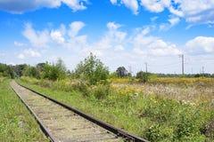 Järnväg i fält arkivfoton