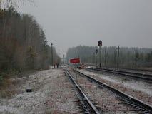 Järnväg i grå nedgång för dag på senare Arkivbild